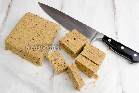 Острым ножом нарезать на куски. Разложить на блюдо. Подавать на десерт.