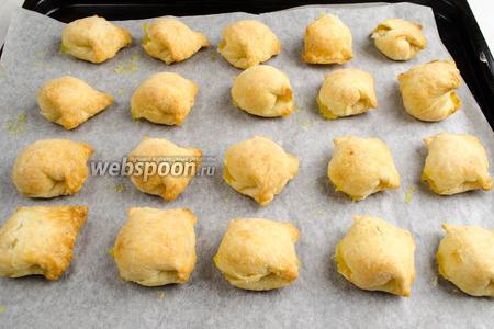 Противень с готовым печеньем вынуть из духовки. Перетянуть с бумагой на решетку. Остудить.