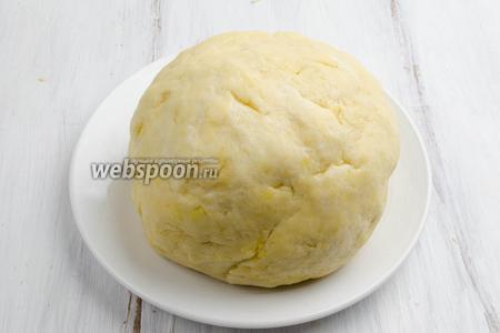 Замесить тесто в шар. Завернуть в пищевую плёнку. Поместить в холодильник на 1-2 часа.