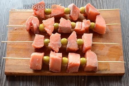 Затем нанизываем кету на шпажки, можно это делать с овощами. Я использовала оливки.