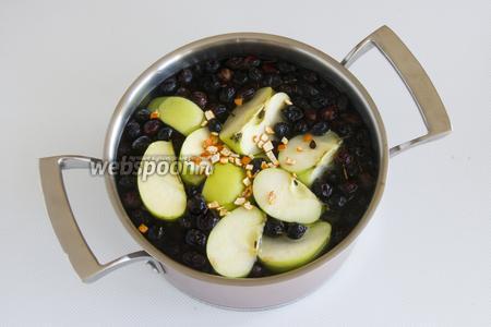 В воду положите чистый шиповник, яблоки, сахар, мандариновые шкурки. Поставьте на огонь, доведите до кипения.