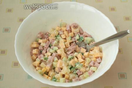 Перемешать салат ложкой и разложить по порциям. Приятного аппетита!