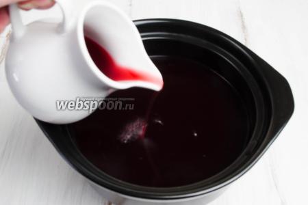 Когда вино станет очень горячим, добавить пряный ягодный сироп. Подержать на огне ещё 1 минуту.