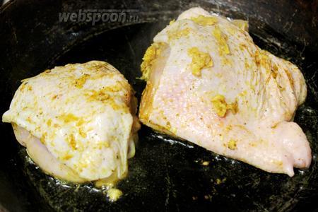 Нагреть масло и уложить куски курицы, огонь убавить.