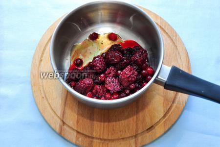 Соединим в сотейнике ягоды и мёд. Заранее ягоды можно не размораживать, что здорово упрощает и ускоряет приготовление такого соуса.