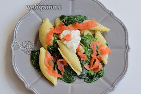 На тарелку выкладываем порцию пасты и сверху нарезанные полосками лососевые. Перчим по вкусу. Паста с лососевыми и шпинатом готова. Приятного аппетита!