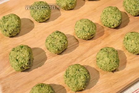 Сформируйте небольшие шарики и затем слегка прижмите их сверху (они должны быть чуть приплюснутыми).