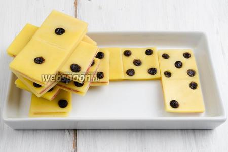 Готовую закуску выложить в тарелку-коробку. Подавать в виде комбинации игры в домино.