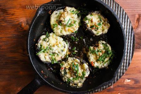 Запекайте грибы при 180°С в течение 20-25 минут или пока грибы не покроются красивой золотистой сырной корочкой.