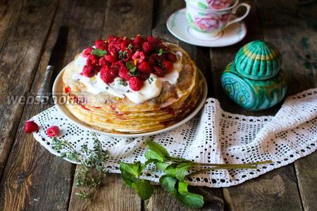 Шведский блинный торт со взбитыми сливками и ягодами