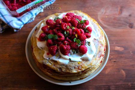 Верх торта украсьте сливками, вареньем и свежими ягодами. Натрите сверху немного лимонной цедры,  украсьте парой листиков мяты и отправьте торт в холодильник до момента подачи на стол. Приятного аппетита!