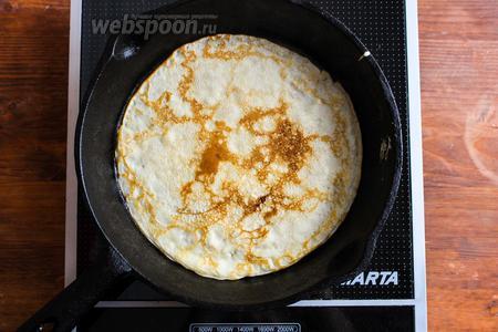 Нагрейте сковороду, диаметром примерно 22-25 см, на среднем огне. Когда сковорода нагреется, смажьте её с помощью кисти сливочным маслом и вылейте 1/2 половника теста. Старайтесь делать очень тоненькие блинчики. Жарьте их на среднем огне, чтобы масло не горело, а блины не пригорали, иначе вы испортите тонкий аромат цедры и ванили.