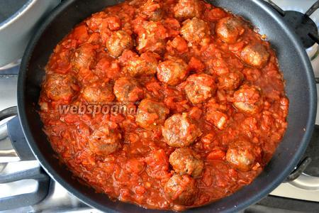Готовые тефтельки выложить в сковороду с томатным соусом. Всё как следует прогреть и выключить огонь.