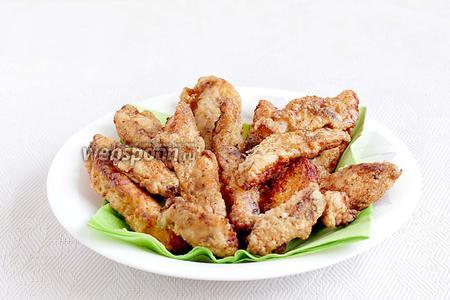 Обжаренное филе выложить на салфетку, чтобы избавиться от лишнего масла. Подавать с салатами или свежими овощами. Можно посыпать обжаренное куриное филе  маринованным кисло-сладким луком.