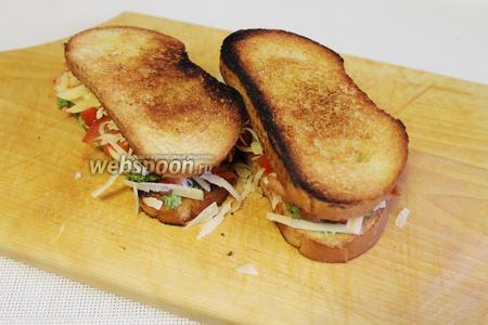 И прикрыть второй половинкой хлеба, прижать.