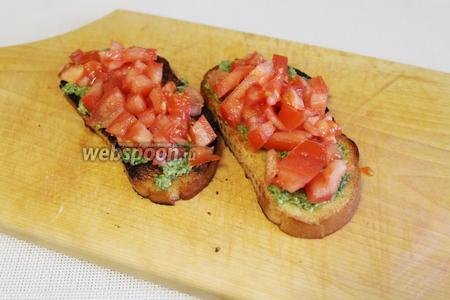 Уложить помидорный слой на бутерброд.