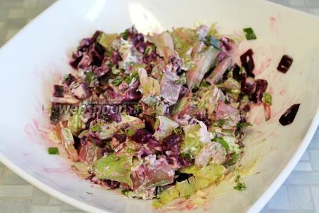Перед подачей всё перемешать. Подавать в общем салатнике или порционно, украсив ломтиками редиса и селёдки.