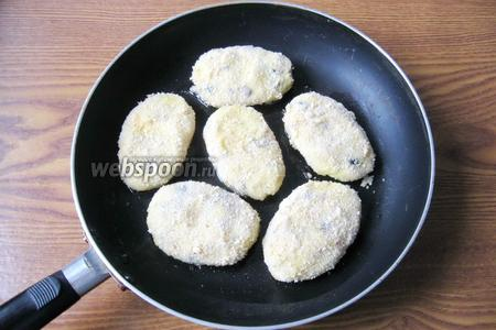 Картофельные котлеты обжариваем на горячей сковороде с подсолнечным маслом с обеих сторон.