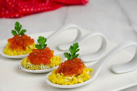 Закуска из яичницы с икрой