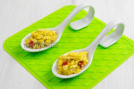Разложить готовую яичную массу в сервировочные ложки.