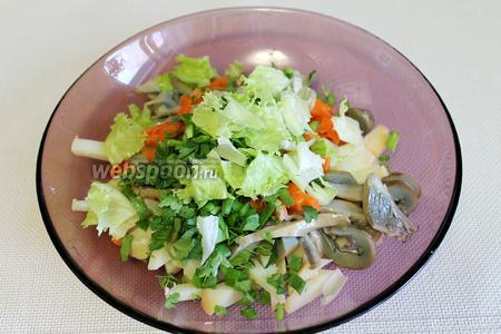 Добавить в салатник, туда же добавить нижнюю часть салатных листьев, — верхнюю оставить для украшения.