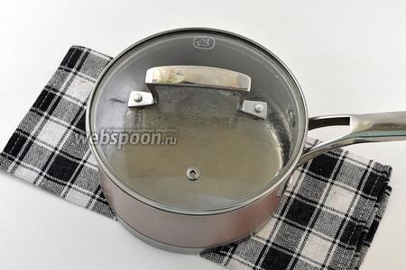 Воду с солью довести до кипения.