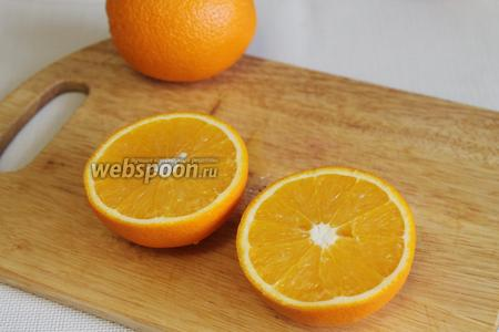 Апельсины разрезать на половинки,