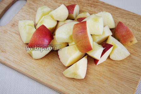 Яблоки очистить от семян и порезать кубиками. Если яблоки покрыты воском — очистить кожуру.