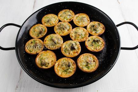 Готовое блюдо вынуть из духовки. Разложить на блюдо. Подавать можно холодными или сразу же тёплыми к обеду или на фуршет.