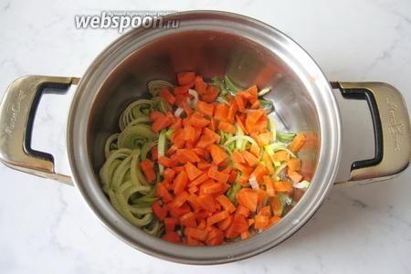Морковь чистим и моем, нарезаем произвольно.  Добавляем в кастрюлю к луку-порею.