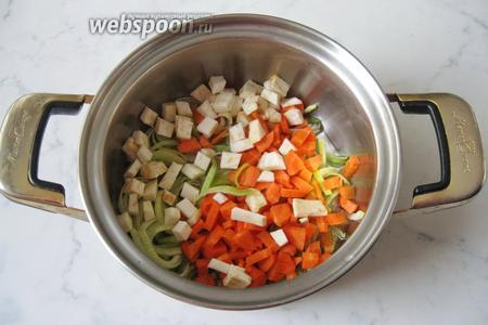Корень сельдерея очищаем, моем и режем мелкими кубиками. Кладём в кастрюлю. Тушим овощи 7-10 минут на среднем огне.