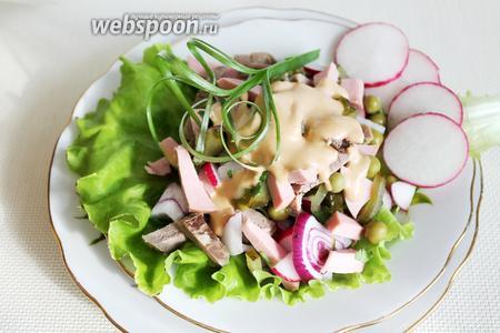 Или подать порционно на салатном листе, выложив салат горкой на лист, полив соусом.