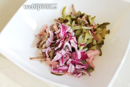 Сложить продукты в салатник.