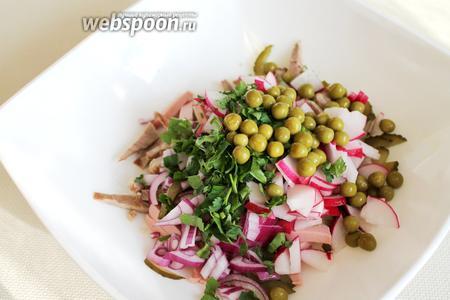 Все продукты сложить в салатник, добавить горошек.