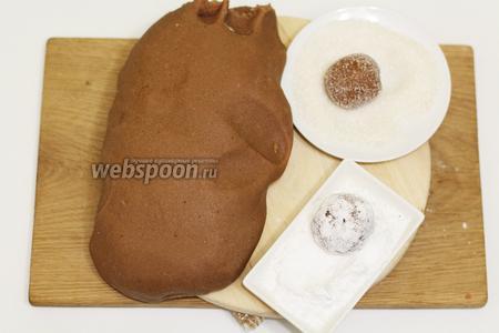 Из остывшего теста, отрываем кусочки, размером с грецкий орех, формируем шарик. Обваливаем сначала в сахаре, потом в сахарной пудре. Так проделываем со всем тестом.