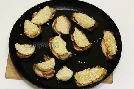 Картофель с кунжутом, в пряной луковой колыбели готов. Сразу же подаём к столу. Готовьте с удовольствием и приятного вам аппетита!