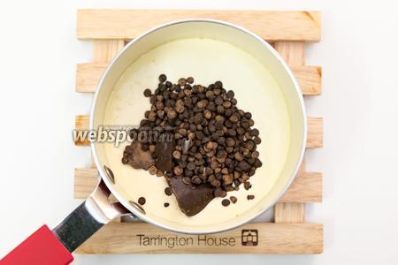 Сливки подогреем (не кипятим!), добавим шоколад. Хорошо размешаем. Шоколад должен полностью растаять в сливках.
