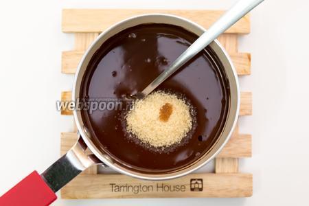 Добавим сахар и каплю ванильной эссенции. Перемешиваем.