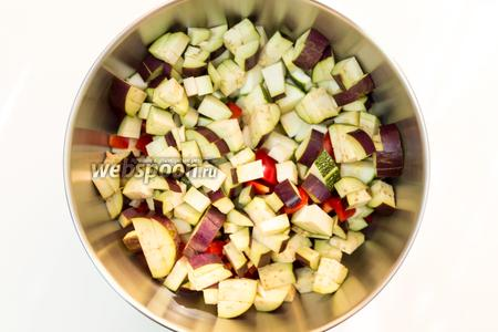 Пока варится рис, достаточно крупно нарежем овощи. Обжарим их на небольшом количестве растительного масла. Помидоры не добавляем.