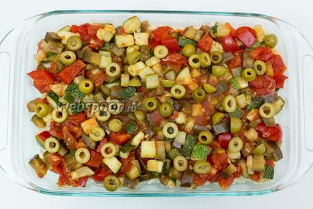 Поверх риса выкладываем обжаренные овощи. Сверху — нарезанные зеленые оливки. Запекаем в разогретой до 200°С духовке 15-20 минут. Приятного аппетита!