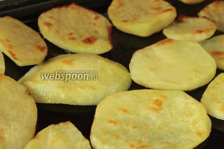 Вытаскиваем из духовки подрумяненный картофель.