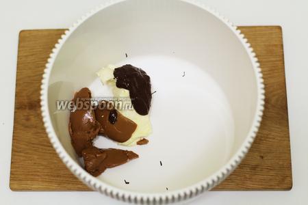 А пока приготовим вкусный крем. В чашу миксера помещаем мягкое сливочное масло, варёное сгущённое молоко, остывший растопленный шоколад. Взбиваем до пышного состояния.