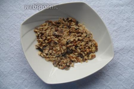 Орехи измельчить, добавить панировочные сухари и 2 ст. л. сахара. Перемешать.