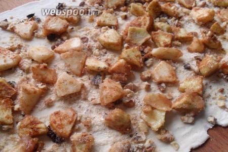 Поверх орехов выкладываем яблочную смесь.