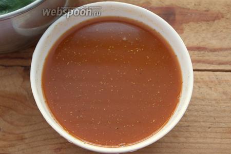 Подготовьте соус. Для тех, кто использует томатный сок — добавьте к соку сахар, соль, перец, специи по вкусу. Для тех, кто использует томатный соус (как я) — разведите соус стаканом кипячёной воды. Добавьте сахар, соль, специи по вкусу.