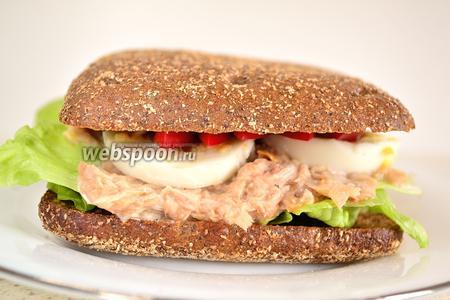Сверху прикрываем всё вторым зерновым хлебцем. Немного прижимаем рукой. Большой, сытный и вкусный сэндвич с тунцом готов.
