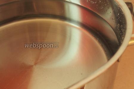 Ставим большую кастрюлю с водой на огонь закипать. На данное количество риса нужно взять 3-4 литра воды, рисинки должны свободно плавать в оде, иначе они слипнутся.