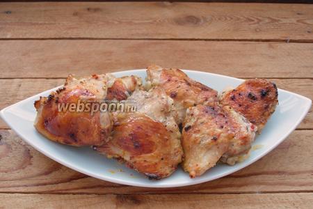 Готовые куриные бёдра подайте к столу. Лук-порей почти полностью раствориться и загустит мясные соки, которые соберутся под мясом. Получим отличную подливу.