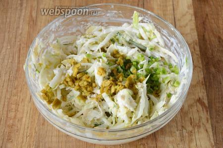 Хорошо перемешиваем. Мелко режем зелёный лук и оливки, добавляем в салат.