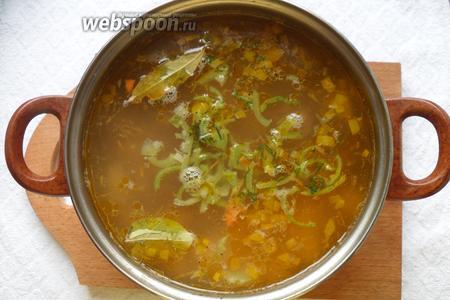 Когда время прошло, добавляем в суп лавровый лист, укроп, сладкий перец, перец чёрный молотый.
